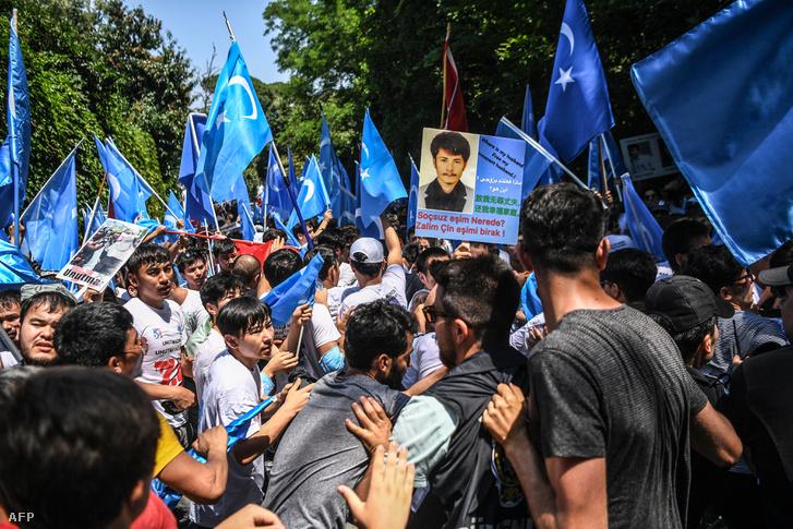 Török és a muszlim ujgur kisebbség tagjai tüntetnek Kína ellen Isztambulban