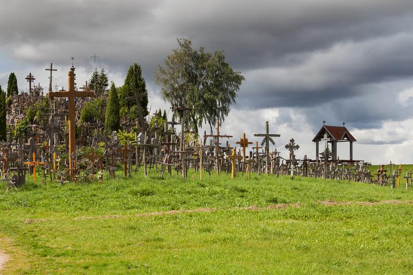 A világ egyik legfurcsább helye a litván domb: százezer keresztet cipeltek ide