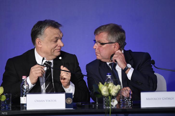 Orbán Viktor miniszterelnök (b) és Matolcsy György, a Magyar Nemzeti Bank (MNB) elnöke a Lámfalussy-konferencián a budapesti Marriott hotelben 2017. január 23-án