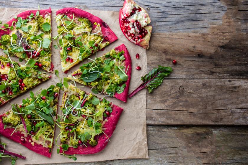 A céklapizza nemcsak guszta, de nagyon ízletes is, ráadásul sebtiben elkészítheted. A finomság mindemellett lisztmentes, így fogyókúrás és gluténmentes étrendbe egyaránt passzol.
