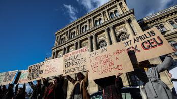 Körbevették az MTA épületét a tüntetők