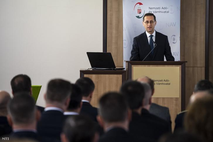 Varga Mihály pénzügyminiszter beszédet mond a Nemzeti Adó- és Vámhivatalban 2019. február 7-én