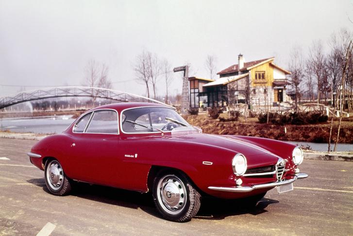 Giulietta Sprint Speciale. Egy ilyen autót törtek össze versenyen, s annak az alapjaira készült az SZ