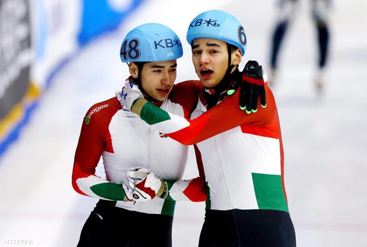 A magyar Liu Shaolin Sándor (j) és testvére, Liu Shaoang, miután Sándor arany-, a fivére bronzérmet nyert a szöuli rövidpályás gyorskorcsolya-világbajnokság férfi 500 méteres döntőjében 2016. március 12-én.