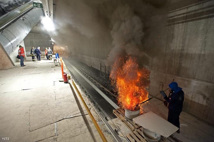 Így néz ki egy metróalagútban tartott füstpróba