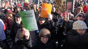 Élőlánccal tüntettek az Akadémiánál (élő közvetítés)