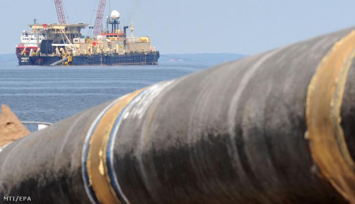 A 2011. július 5-én készült képen a Castoro Dieci vezetékfektető hajó dolgozik az Északi Áramlat gázvezeték fogadóállomása közelében a németországi Lubminnál