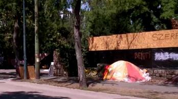 300 ezer forint büntetésre ítélték a részeg rendőrt, aki a Ligetvédők sátrát rugdosta