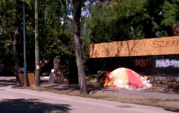 A megrúgott sátor
