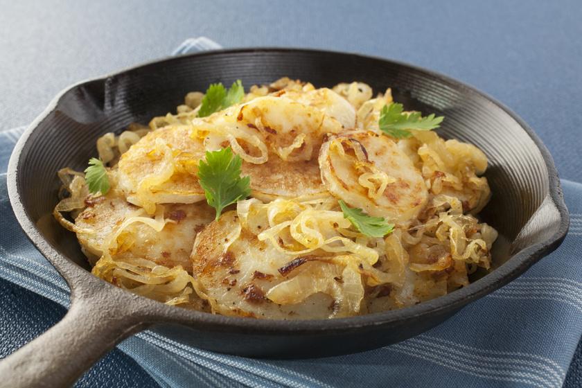 Serpenyőben, hagymával sült krumpli: még a főételnél is finomabb