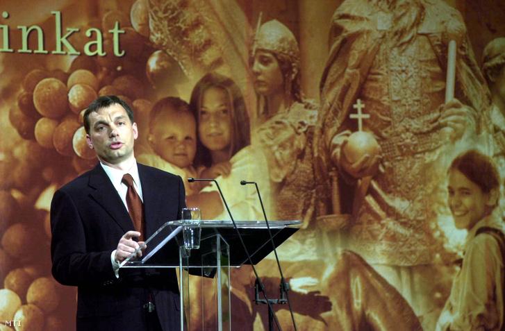 2001. február 1. Orbán Viktor miniszterelnök a Batthyány Alapítvány meghívására országértékelő beszédét tartja a Pesti Vígadóban.