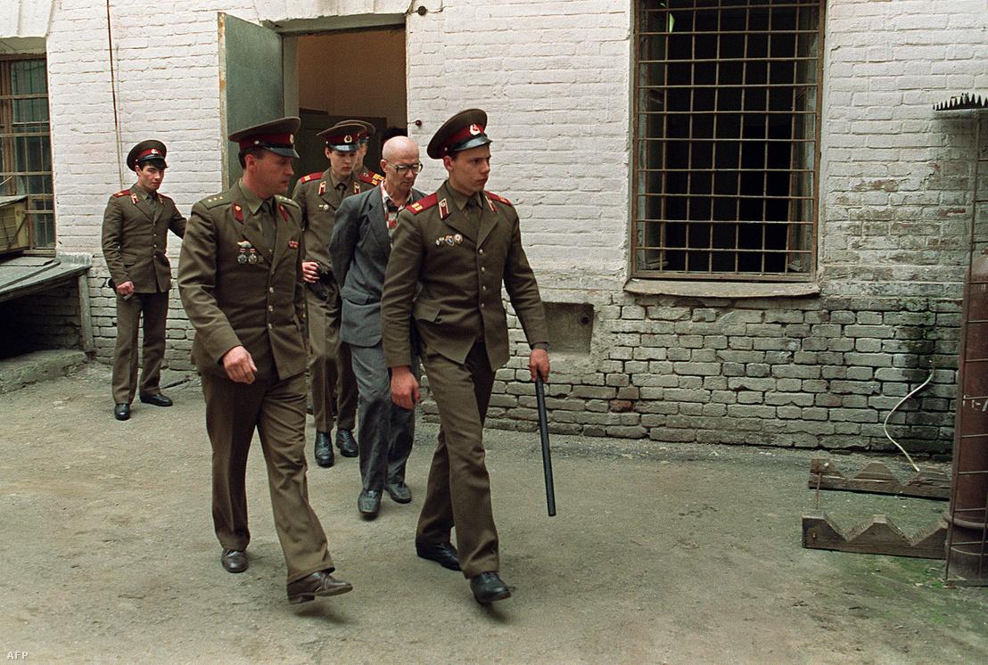 Csikatilót (jobbról a második) kíséri a helyi katonaság Rosztovban 1992. április 21-én