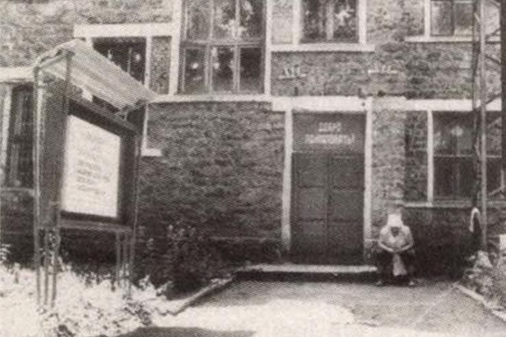 Iskolaépület Sehtiban: Csikatilo itt tanított 1978-80 -ban. Forrás: Magyarország 1993. január 1. száma / Arcanum Adatbázis
