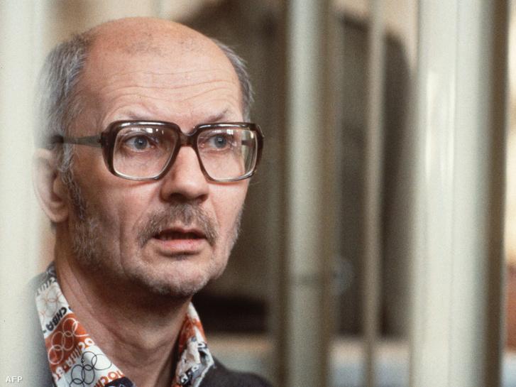 Csikatilo speciális ketrecben az 1992. október 14-i tárgyalásán, egy nappal később halálra ítélték.