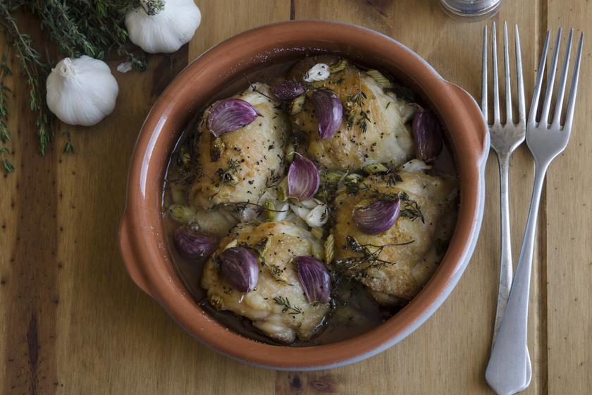 Fokhagymás-zöldfűszeres csirke, ami biztosan nem szárad ki
