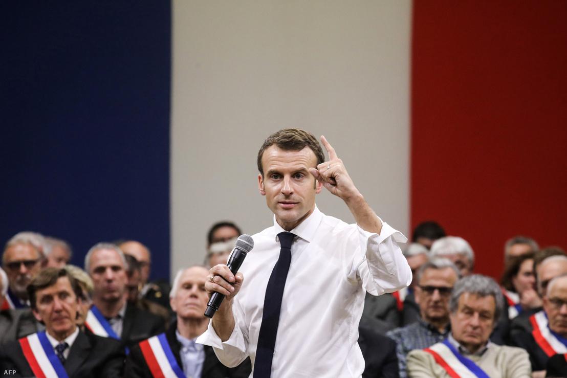 """Emmanuel Macron beszédet mond Souillac-ban 2019. január 18-án 600 polgármesternek, a """"nagy nemzeti vita"""" részeként, ami az első a sárgamellényes tüntetések óta."""