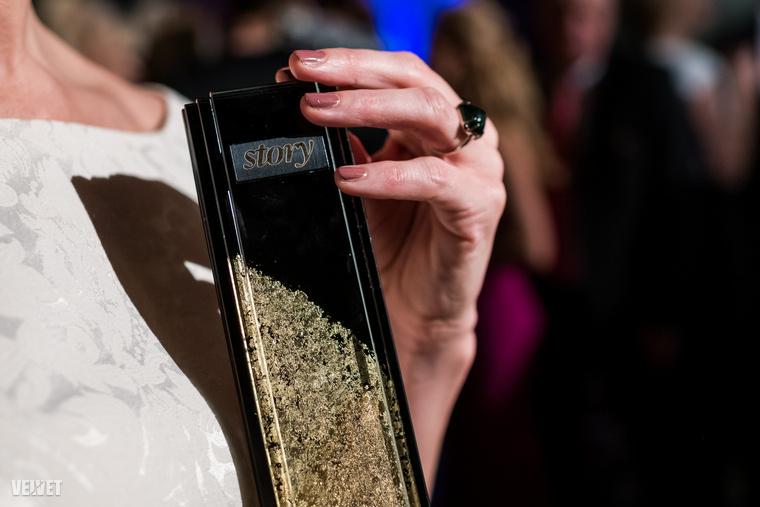 Ónodi Eszter egyszerre mutatja a díjat, amit a Story Gálán nyert, valamint a körömlakkot, amit a múltkori cikkünk nyomán választott ki.