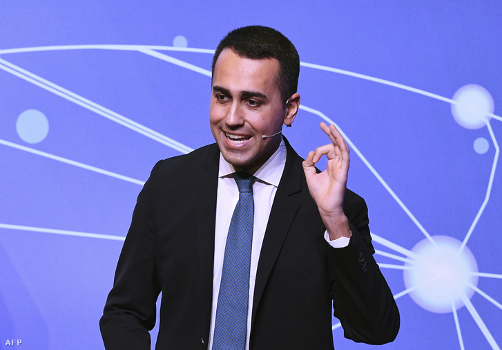 Az Öt Csillag vezetője, Luigi Di Maio beszédet mond a polgári jövedelem törvényéről a párt 2019. január 22-i találkozóján.