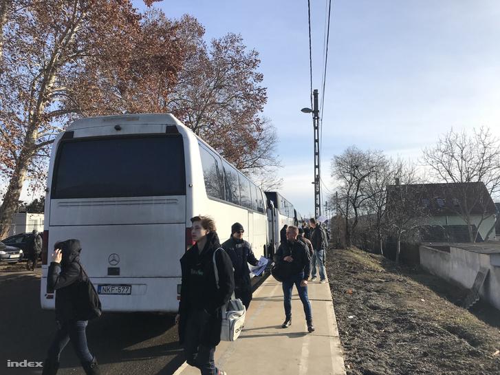 Emberek szállnak vonatpótló autóbuszra Pécelen