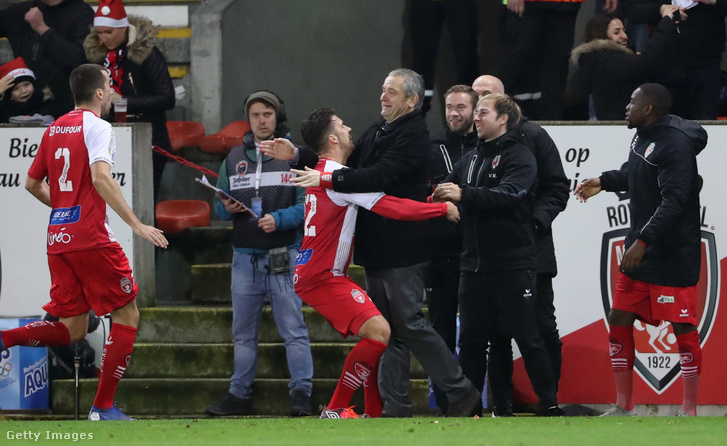 Marko Bakic a Mouscron ünnepli gólját Bernd Storck-kal 2018. december 22-én, Belgiumban