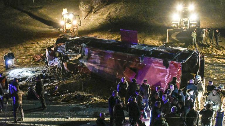 13-an haltak meg egy buszbalesetben Észak-Macedóniában