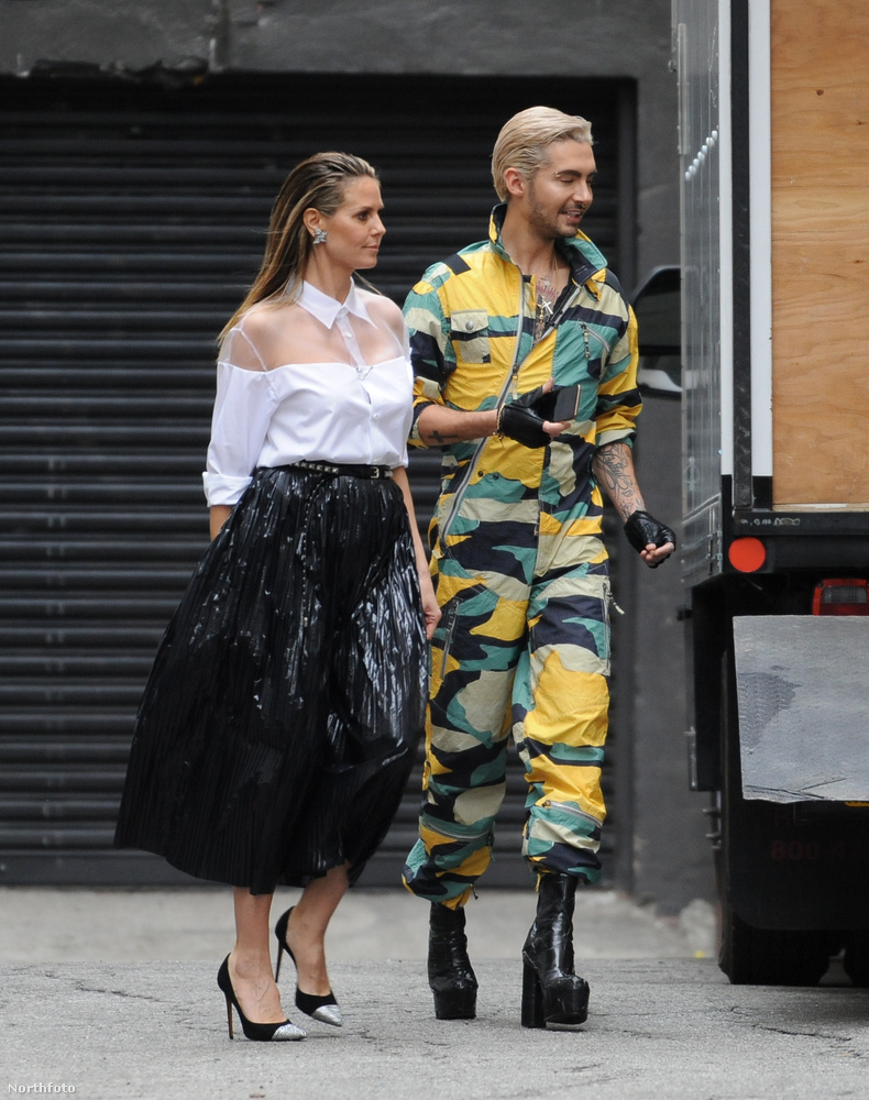 Bill Kaulitz egy terepmintás overálban volt, magassarkú és -talpú cipővel, Heidi Klum pedig fehér blúzban és fekete szoknyában.