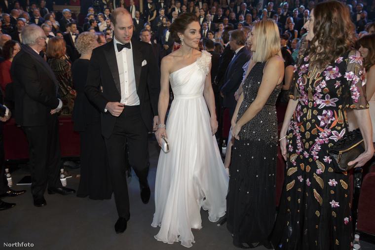 Senki sem számít olyan köldöki kivágott dekoltázsra, mint amit Miley Cyrus tud produkálni, mégis megragadja az ember tekintetét Katalin hercegné megjelenése.