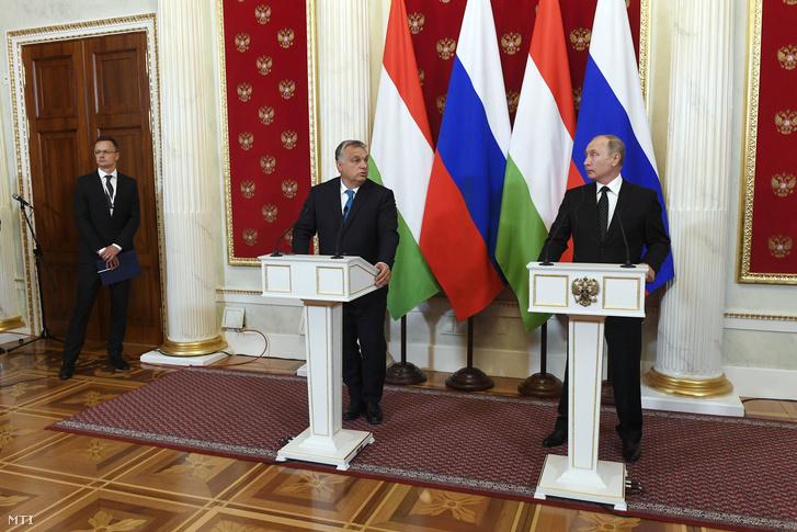 Vlagyimir Putyin orosz elnök és Orbán Viktor miniszterelnök sajtótájékoztatót tart találkozójukat követõen a moszkvai Kremlben 2018. szeptember 18-án. Balról Szijjártó Péter külgazdasági és külügyminiszter.