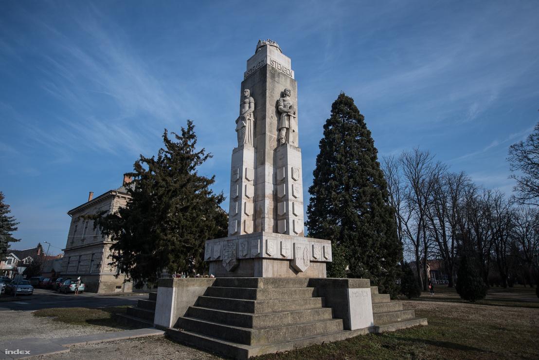 A nagykanizsai Nagy-Magyarország-emlékműhöz több érdekesség is fűzödik. A játék az üresen hagyott és a félig kifaragott címerpajzsokkal ma is érdekes ötlet lenne