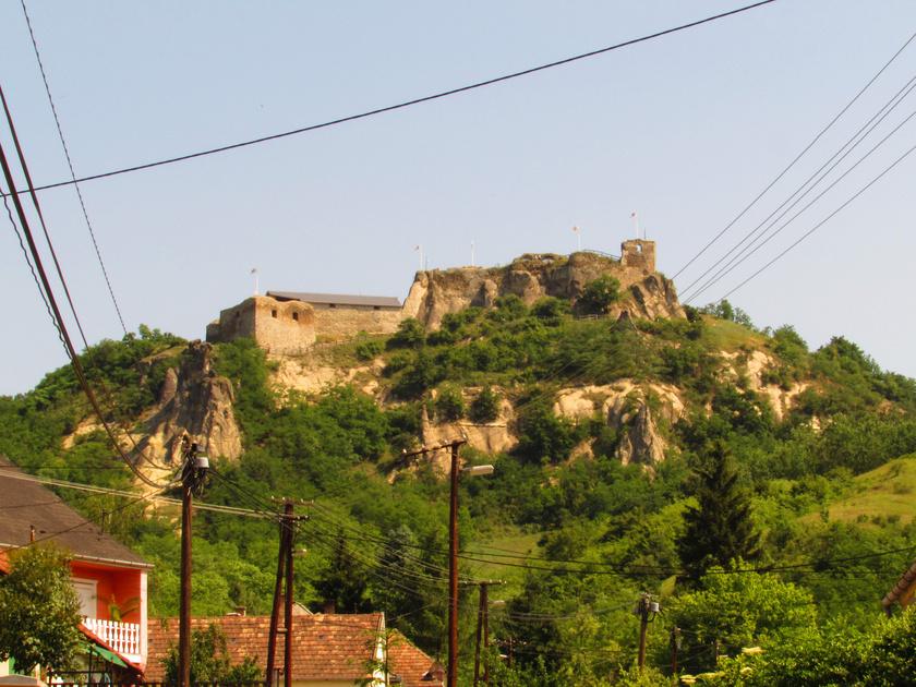 A Mátra keleti oldalában fekszik Sirok, a falu fölé magasodó, csaknem 300 méteres Várhegyen álló impozáns várral. A várhoz szépen kialakított út vezet fel, a mesés panoráma megéri a sétát.