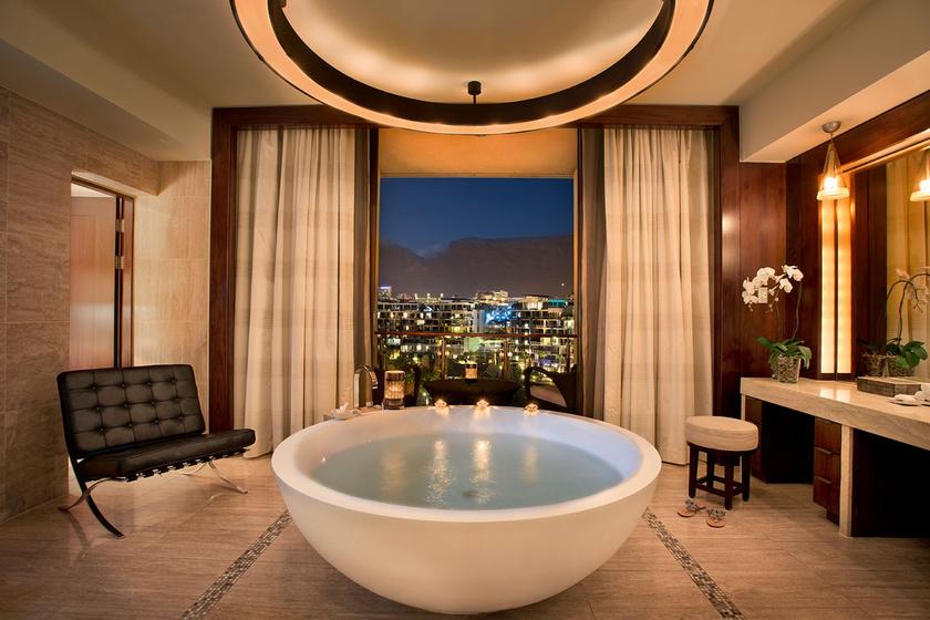 A fokvárosi One&Only Table Mountain lakosztálya kikötőre néző panorámás fürdőszobával, szabadon álló, óriási káddal, márványburkolatokkal várja vendégeit.
