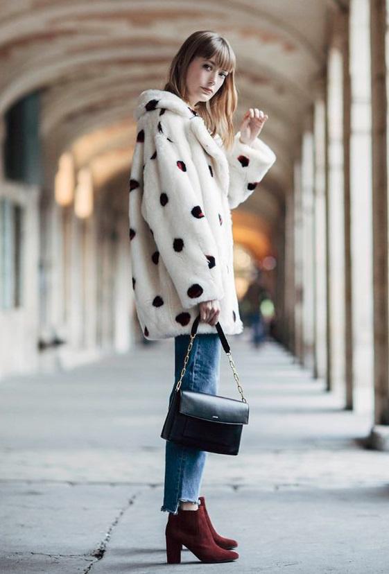 A párizsi nők nem fáznak csak azért, hogy divatosak legyenek: előszeretettel hordanak vastag, szőrmés, esetleg mintás kabátokat, melyeket sokszor bordó kiegészítőkkel dobnak fel.