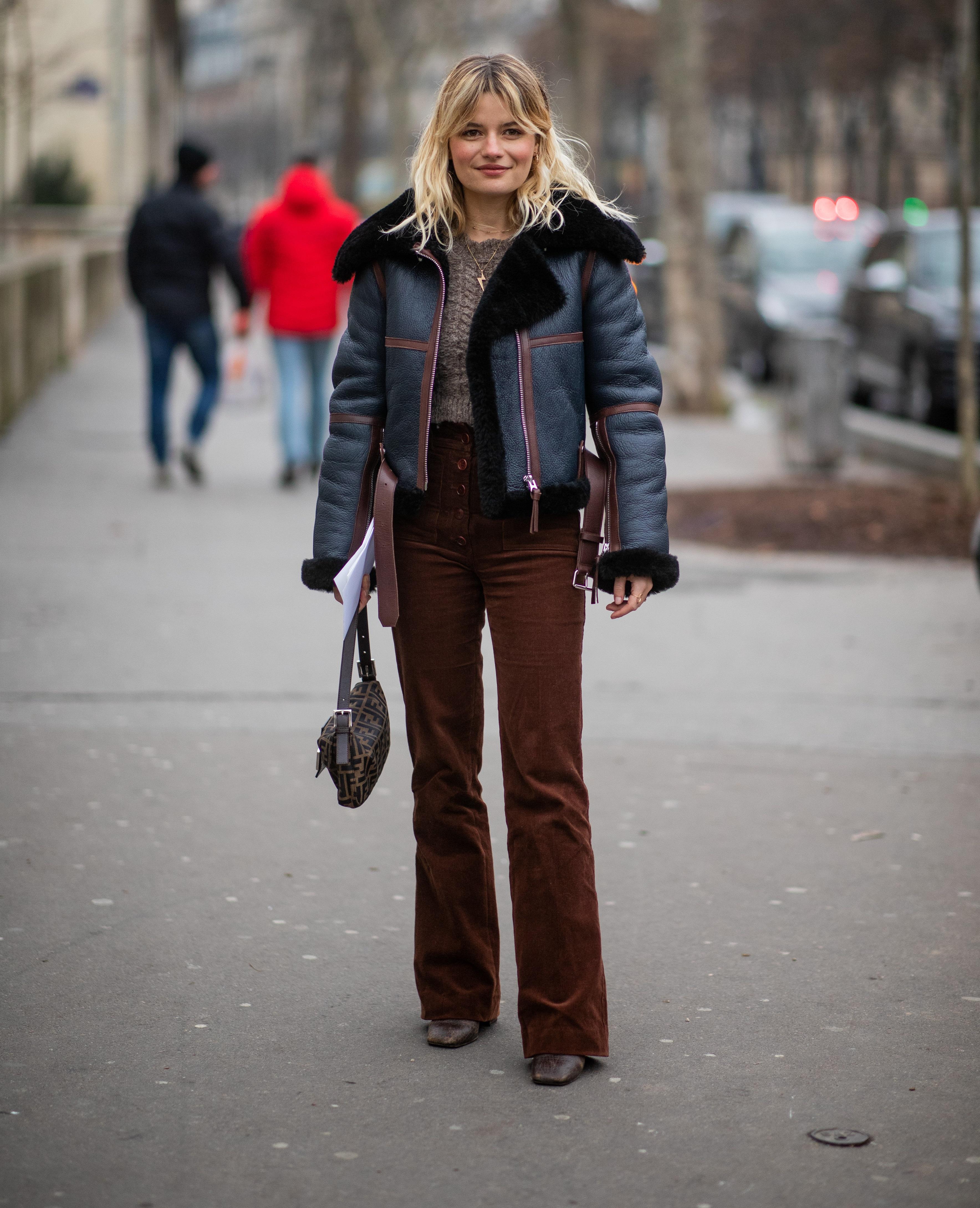 dc3bd07558 A kordbársony az idei tél egyik nagy visszatérője, és a párizsi nők  hatalmas kedvence.