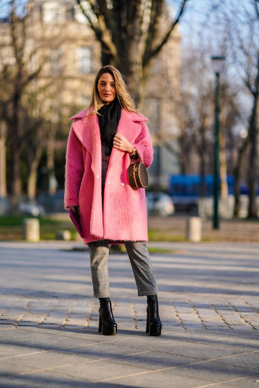 ffc92f425b Bármilyen egyszerű szettet fel tudnak dobni egy harsány, nőies árnyalatú,  letisztult szabású kabáttal úgy