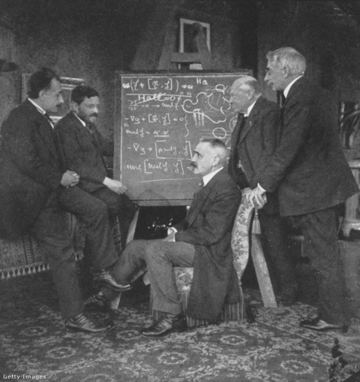 Albert Einstein fizikus kollégáival társalog. (Paul Ehrenfest, Paul Langevin, Kamerlingh Onnes, Pierre Weiss)