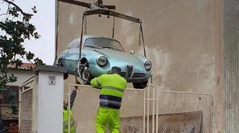 Élőben a liftaknából előhúzott Alfa-sportkocsi