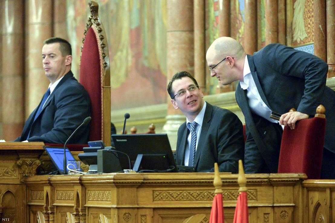 Sneider Tamás, az Országgyűlés jobbikos alelnöke (b), Mirkóczki Ádám, az Országgyűlés jobbikos jegyzője (k) és Z. Kárpát Dániel jobbikos képviselő a 2015. évi költségvetés általános vitáján az Országgyűlés plenáris ülésén 2014. november 21-én.