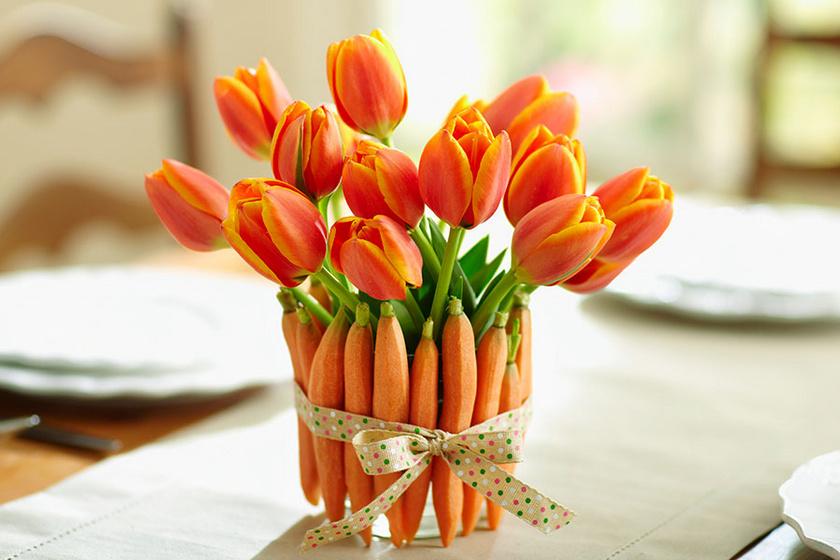 Egy csokor tulipánnak húsvétibb hangulatot adhatsz egy kis csellel: a váza köré tegyél szépen megpucolt sárgarépákat, amiket átkötsz egy színes szalaggal.