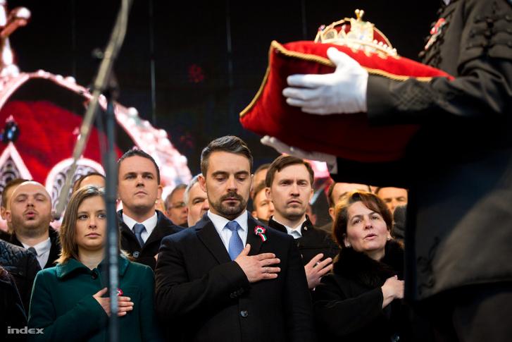 Az áprilisi országgyűlési választáson induló jobbikos képviselőjelöltek esküt tesznek a párt ünnepségén, amelyet az 1848-49-es forradalom és szabadságharc kitörésének 170. évfordulója alkalmából tartottak a Batthyány-örökmécsesnél 2018. március 15-én. Középen Vona Gábor, a párt elnöke, tőle balra Dúró Dóra országgyűlési képviselő.