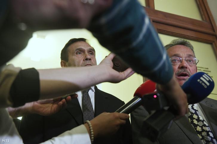 Gyárfás Tamás volt úszószövetségi elnök, médiavállalkozó (b) és ügyvédje, Bánáti János (j) nyilatkozik a tárgyalás után a Budai Központi Kerületi Bíróság folyosóján 2018. április 20-án