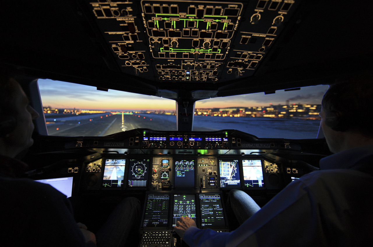 Pilótafülke alkonyati megvilágításban (2017. november 10.).