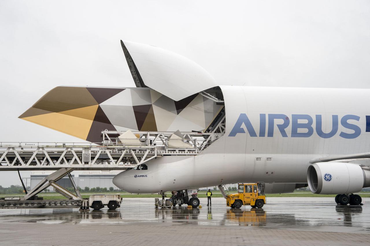 A Beluga megeszi reggelire az A380 uszonyát. Az Airbus saját, túlméretes szállítmányok befogadására alkalmas teherszállító gépe, a Beluga viszi az Etihad légitársaság megrendelésére készül A380-as függőleges vezérsíkját a toulouse-i gyárba.