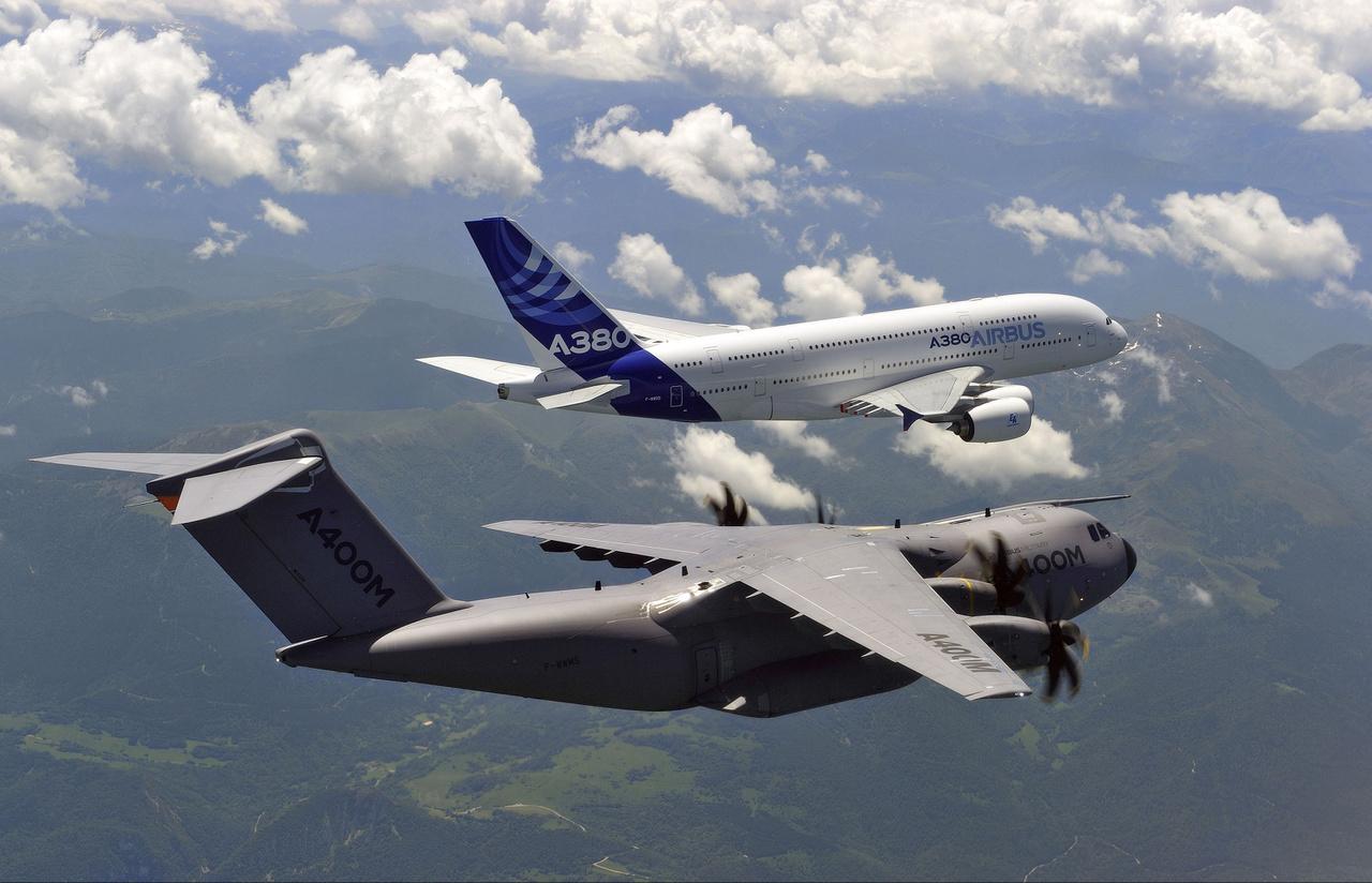 2011. június 24-i kötelékrepülés: előtérben egy Airbus A400M Atlas, négy légcsavaros, felső szárnyas közepes katonai szállító repülőgép, balján egy Airbus A380.