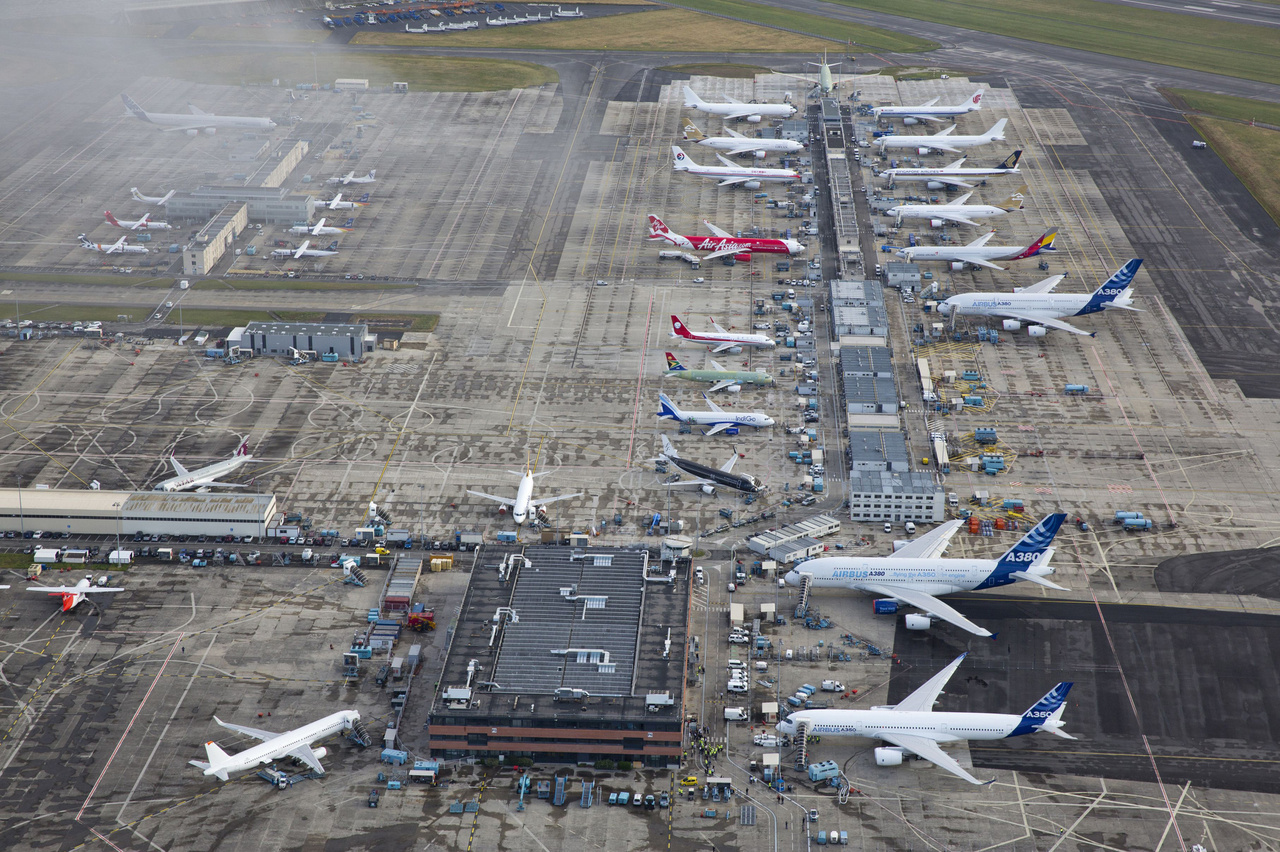 Eltörpülnek a kisebb gépek a két A380-as mellett a Toulouse-Blagnac repülőtéren (2013. június 14.)