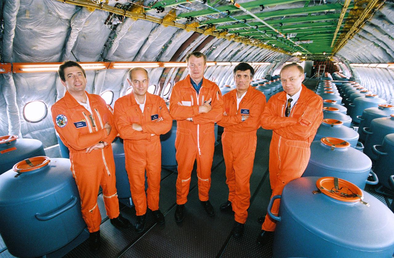 Chemtrailszórásra átalakított Airbus A380 – helyett az első tesztrepülésre felkészített A380 utastere, az utasok és ülések helyett még súlyazonos ballasztokkal, 2005. október 18-éán. A narancssárga overallos csapat a tesztrepülés mérnökei és pilótái:  Pascal Verneau, Peter Chandler, Richard Monnoyer, Didier Ronceray és Robert Lignée.