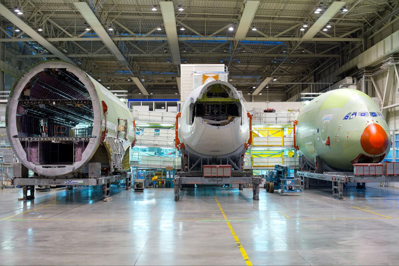 A Qatar Airways-nek szállított első A380-as törzse még szétszedett állapotban (2013. április 19.)