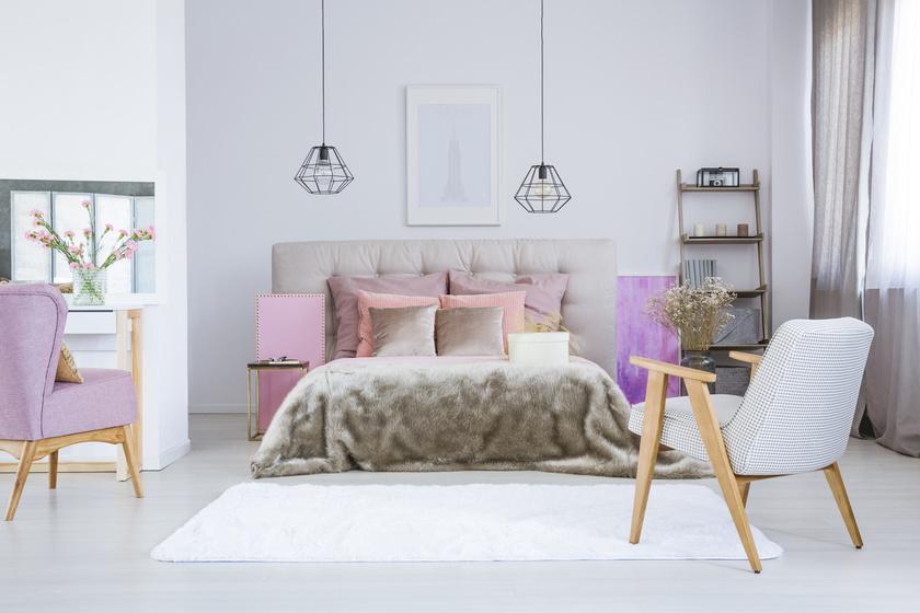 A púderrózsaszín és a hamvas színek továbbra is népszerűek maradnak. Meleg, nőies tónusok uralkodnak idén a szobákban.