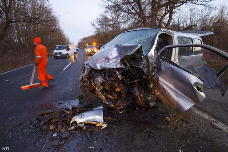 Összeroncsolódott mikrobusz, miután személygépkocsival ütközött a Somogy megyei Nagybajom határában a 61-es főúton 2019. február 14-én. A balesetben két ember meghalt.