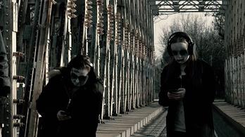 Mobilozó gyerekzombikkal sokkol a Magyar Rendőrség