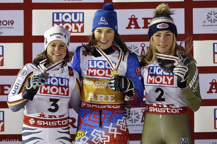 A második helyezett német Viktoria Rebensburg, a győztes szlovák Petra Vlhova és a harmadik helyezett amerikai Miaela Shiffrin (b-j) a női alpesí sízők világkupa-sorozata óriás-műlesiklásának eredményhirdetésén a svédországi Aréban 2019. február 14-én